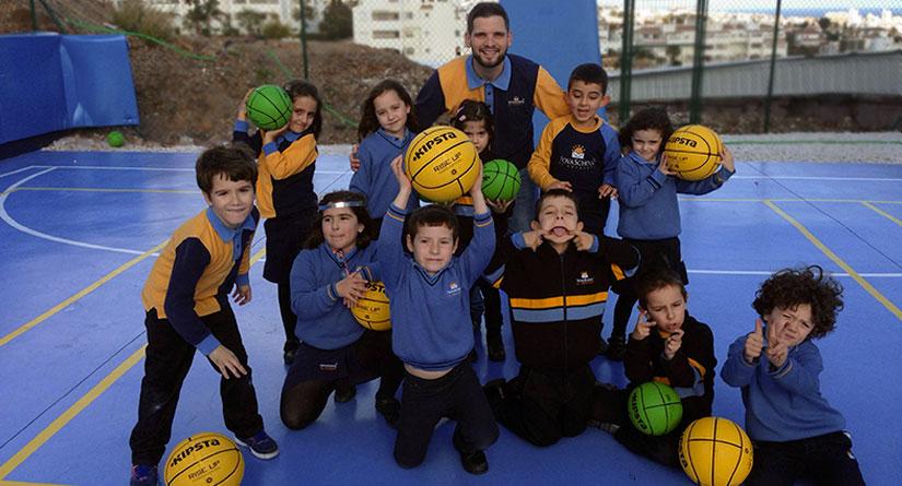 Grupo de alumnos en actividad de baloncesto