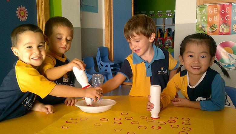 Alumnos haciendo experimentos en clase