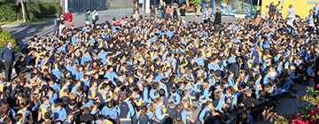 Multitud de alumnos en el patio vistos desde arriba