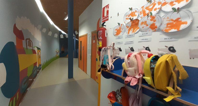 Pasillos interiores de acceso a las clases de Infantil