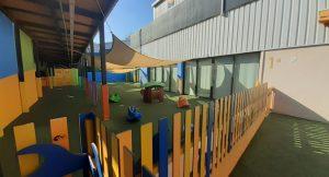 Valla en el patio de infantil de césped artificial