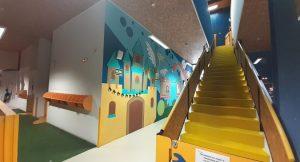 Escaleras de acceso al ciclo de infantil dentro del colegio