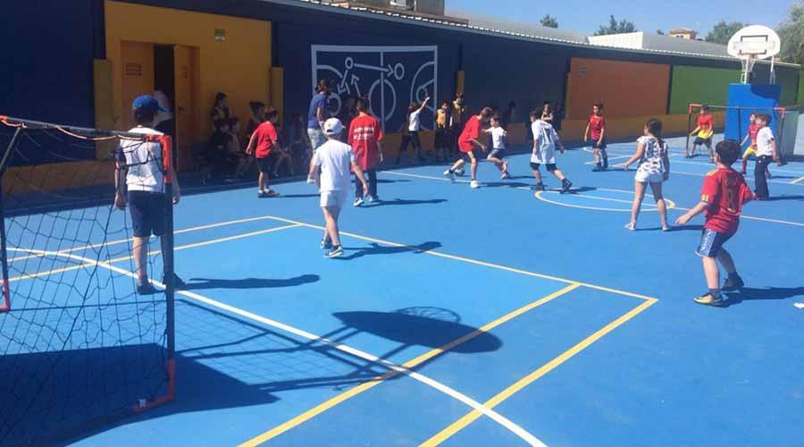 Alumnos en la actividad extraescolar de baloncesto