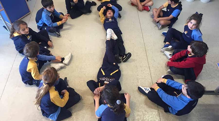 Alumnos de primaria en circulo